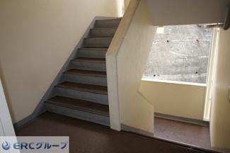 共有スペースの階段です。