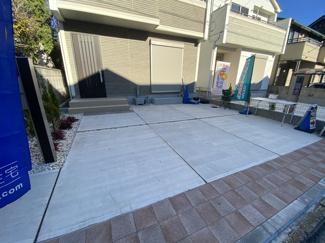 駐車スペースです。物件周辺には商業施設や飲食店が多数あり生活便利な環境です。