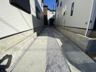 駐車スペースです。敷地は33.7坪から48.6坪で間取りは3(4)LDKから4(5)LDKです。
