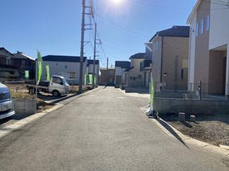 前面道路は5mの私道です。徒歩13分の高根公団駅前にはスーパーなど入居の複合施設のエポカがあります。