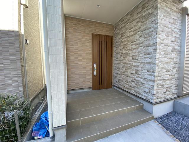 玄関です。LDK19帖と広く天井にはBluetooth対応ワイアレスのスピーカーがありご家族で音質の良い音楽などで癒やされます。