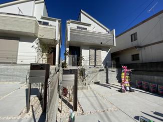外観がお洒落なデザイナーズハウスで敷地42.2坪と広くカースペース2台可能です。