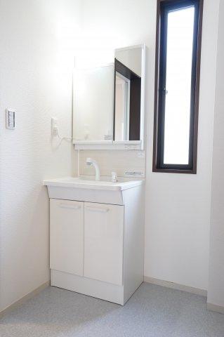 シンプルな洗面台。窓もあるので換気ができますよ。