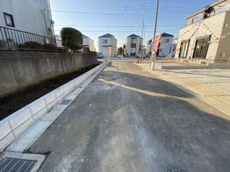 前面道路は4.5mの私道です。建物は延べ約31.3坪から約33.3坪と広く間取りは4LDKです。