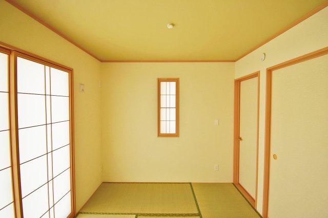 【和室】 リビング横の和室、畳の香りで癒されます