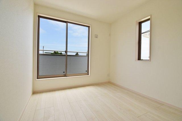 【洋室2】クローゼットも完備しているから、お部屋を広く活用いただけます!