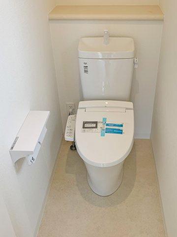 【トイレ】各階に1つずつ設置、いずれも温水洗浄便座完備で清潔。ダブルロールで安心♪