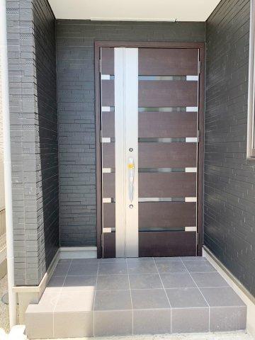 【玄関】ポーチ部分のタイルと大きな親子扉がポイント