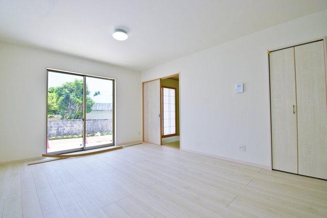 【リビング】白を基調としたリビング、大きな窓からは光が差し込み明るい雰囲気♪