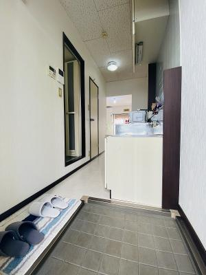 玄関から室内への景観です!右手にキッチン、左手に浴室があります★