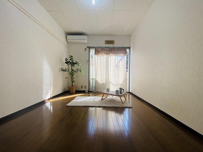 バルコニーに繋がる南向き洋室6帖の陽当たりの良いお部屋です!エアコン付きで1年中快適に過ごせますね☆