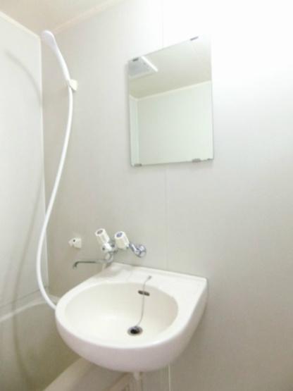 バスルームにある洗面台です!鏡の前で身支度ばっちりできちゃいます◎