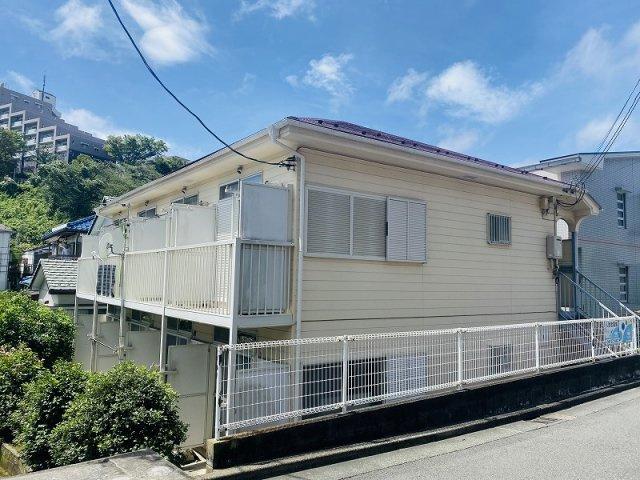 小田急小田原線「百合ヶ丘」駅より徒歩6分!コンビニが近くて便利な立地の2階建てアパートです♪