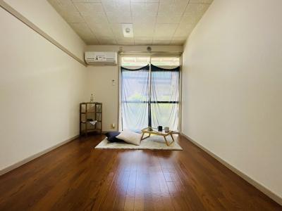 テラスに繋がる南向き洋室6帖のお部屋は陽当り・風通し良好です!エアコン付きで1年中快適に過ごせますね☆長押はハンガー掛けとしても使えて便利◎