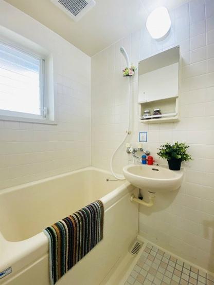 バスルームは洗面台付きの2点ユニットです♪小窓があるので湿気がこもりにくくて良いですね☆お風呂に浸かって一日の疲れもすっきりリフレッシュ♪