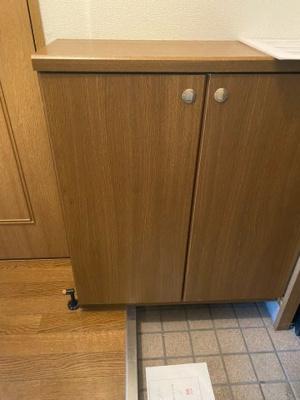 玄関入ってすぐ、右にシューズボックス、トイレがあります