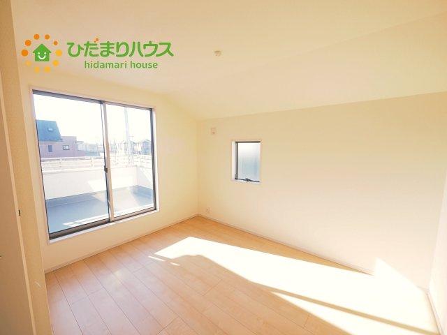 広めの主寝室は、ベッドの他にもパソコンデスクやドレッサーなども置けちゃいます(*^-^*)