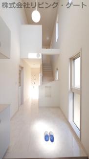玄関。大理石調の床材。吹き抜けが豪華な玄関を演出します。
