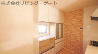 備え付けのキッチン背面キャビネット。買うと高い設備が付随されるのが中古住宅のメリットです。アクセントクロスもおしゃれです。