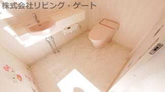 広々としたトイレ。手洗い器・ウォシュレット完備