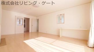 2階14.8帖洋室。PCデスク付き 南に面する明るいお部屋です。