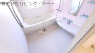 浴室換気乾燥機付き1.25坪タイプのバスルーム。窓付きで明るく、広々としたお風呂です。
