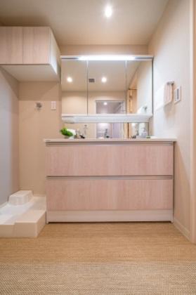 クレストプライムタワー芝:三面鏡が付いた明るく清潔感のある洗面化粧台です!