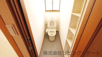 棚、ウォシュレット付きトイレ
