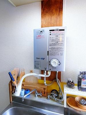 キッチンには瞬間湯沸かし器を設置しています☆お湯が出れば洗い物もラクラクですね♪