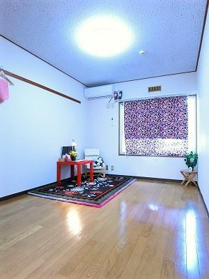 南東向き角部屋洋室8.5帖のお部屋です!エアコン付きで1年中快適に過ごせますね☆