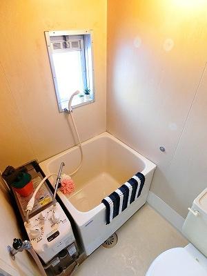 小窓のあるバスルームは湿気がこもりにくくて良いですね☆お風呂に浸かって一日の疲れもすっきりリフレッシュ♪