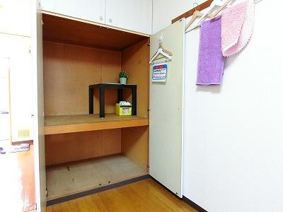 洋室8.5帖のお部屋にある収納スペースです!!奥行きのある収納スペースで荷物の多い方も安心!