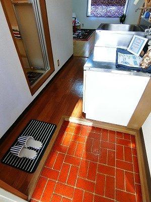 玄関から室内への景観です!キッチンの奥に洋室8.5帖のお部屋があります♪