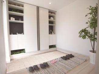 ジブンハウス仕様 広々とした玄関は収納豊富なシューズクローゼットも完備。雑多な玄関でなくスッキリ空間としての家の顔にできるよう設計しました。