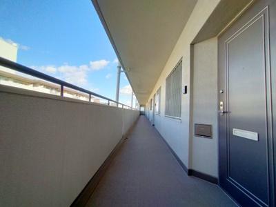 綺麗にお手入れされたマンションの廊下です。TVモニタ付きインターホンでセキュリティ面も安心ですね。