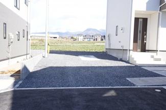 砂利敷きなので駐車場内での不審者対策として役立ち、防犯効果があります。