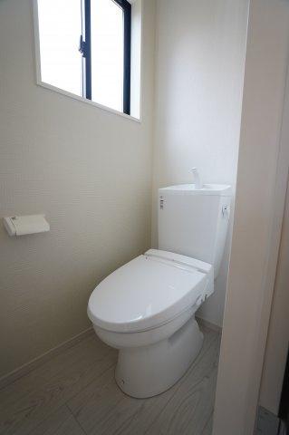 1階 トイレ 白で統一されていて清潔感があります♪