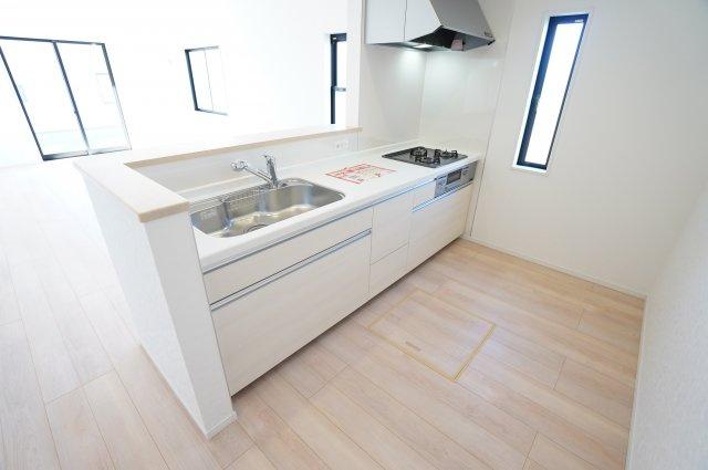 対面式のキッチンです。全体が見渡せて、お子様の様子を見ながら作業できます。