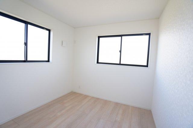 5帖 窓が2面あるので採光・通風のよいお部屋です。