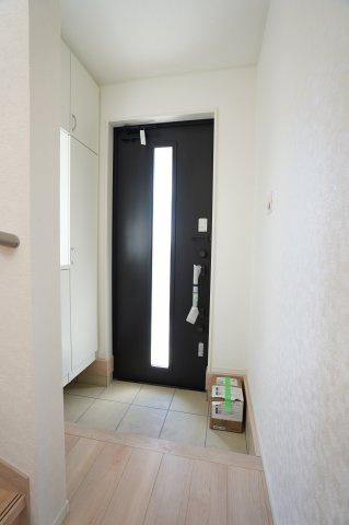 玄関ドアから降り注ぐ光と窓もありますので明るいですね。