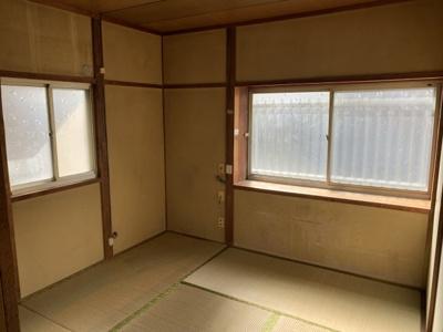 4.5畳の和室の写真です。2ヵ所に窓があり、日中は明るいです。