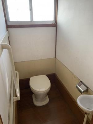 トイレは換気の窓もあります。