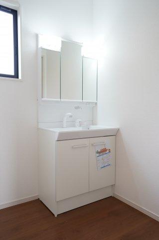 洗面所には嬉しい三面鏡の洗面台!鏡の裏には歯ブラシや化粧品などがスッキリ収納できて衛生的♪