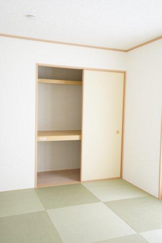 押入があるので座布団やお布団、お子様のおもちゃなど収納できます。