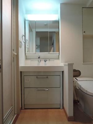 独立洗面台で身支度をすべて済ませてしまいましょう ※同タイプ別部屋の写真です