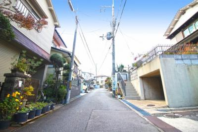 【前面道路含む現地写真】八幡市男山松里 中古戸建