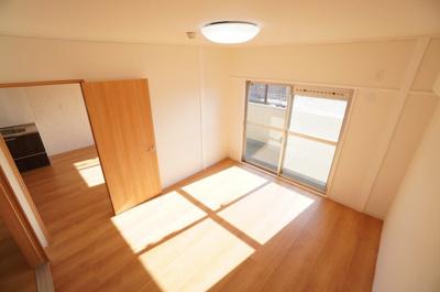 【南側洋室6帖】 穏やかな風と陽光を導き、 プライバシーに配慮された設計プランを採用し、 居住性を一段と心地よいものにしています。 さらに、間口を広く設けることで、 明るく開放的な空間を演出!