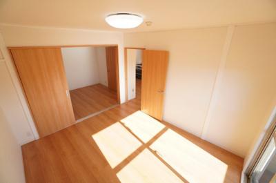【南側洋室6帖】 奥の洋室6帖と引き戸を通して繋がっているため、 開け放つと、12帖の大空間が生まれます!