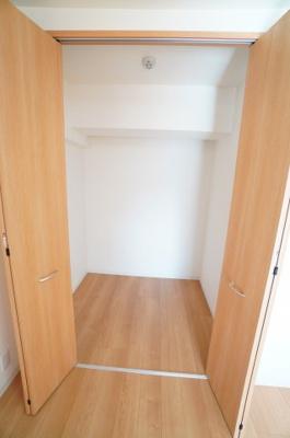 【中部屋洋室6帖】 居室にはクローゼットを完備し、 自由度の高い家具の配置が叶うシンプルな空間です。