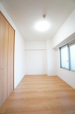 【北側洋室6帖】 居室にはクローゼットを完備し、 自由度の高い家具の配置が叶うシンプルな空間です。 お子様の成長と必要になる子供部屋にするには ぴったりの間取りですね。